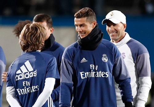 Ronaldo cuoi tuoi tren san tap sau khi gianh Qua bong vang hinh anh