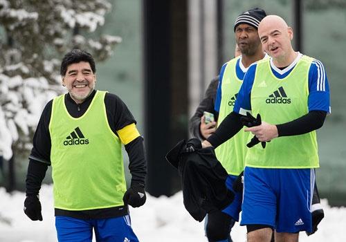 Diego Maradona hao hung du tran dau cua cac huyen thoai hinh anh