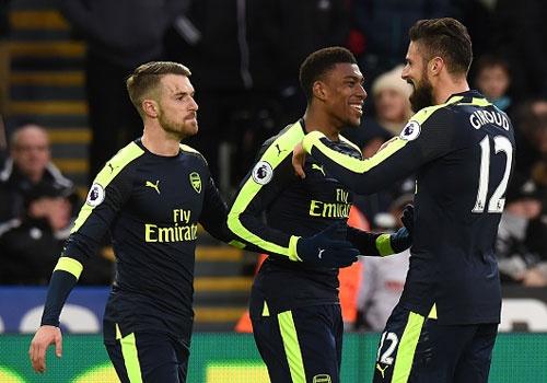 Giroud va Sanchez ghi ban, Arsenal thang Swansea 4-0 hinh anh