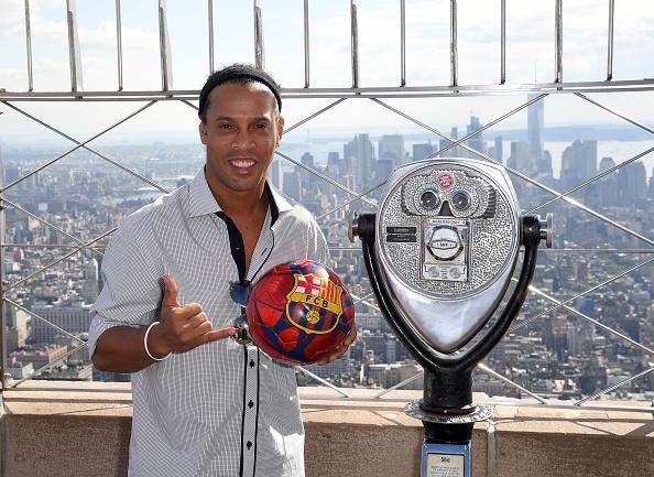 Ronaldinho tiep tuc cong hien cho Barca hinh anh 1