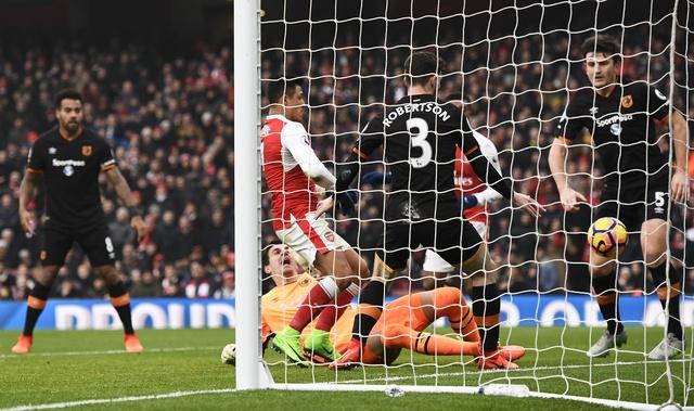 Arsenal vs Hull City (2-0): Sanchez ghi ban bang tay hinh anh 19
