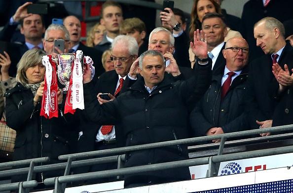 Mourinho sanh ngang Alex Ferguson o League Cup hinh anh 1
