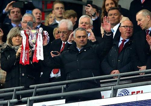 Mourinho sanh ngang Alex Ferguson o League Cup hinh anh