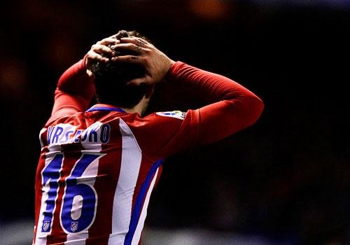 Cau thu Atletico om dau, bat khoc khi Torres doi dien tu than hinh anh