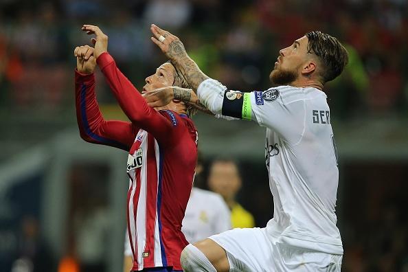 Ramos dong vien Torres manh me sau cu dap dau xuong san hinh anh 1