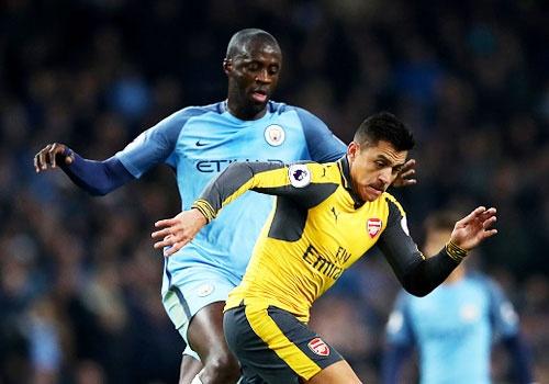 Arsenal cham tran Man City, Chelsea gap Tottenham hinh anh