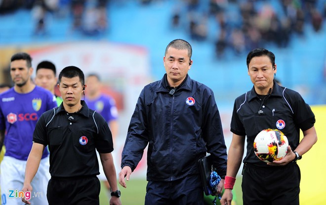 Trong tai bi phan ung sau khi CLB Thanh Hoa thua nguoc CLB Ha Noi 1-2 hinh anh 12