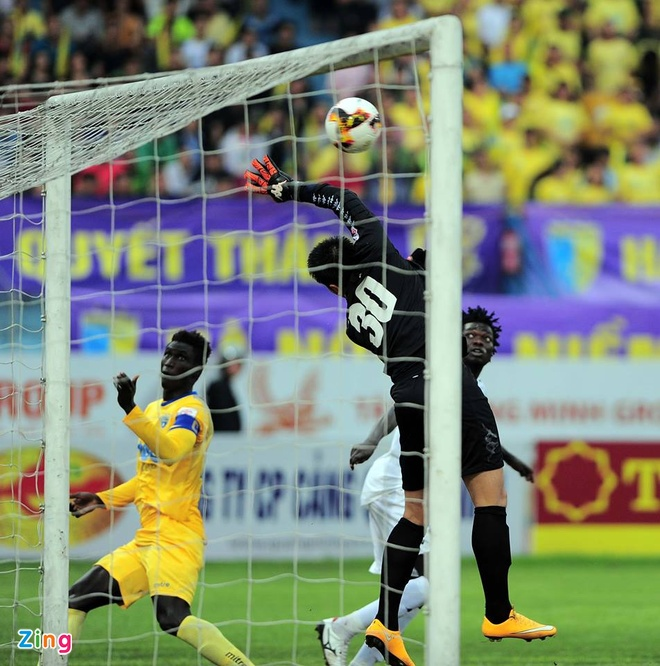 Trong tai bi phan ung sau khi CLB Thanh Hoa thua nguoc CLB Ha Noi 1-2 hinh anh 22