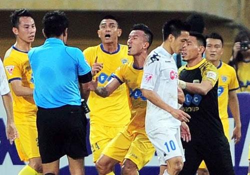 Trong tai bi phan ung sau khi CLB Thanh Hoa thua nguoc CLB Ha Noi 1-2 hinh anh