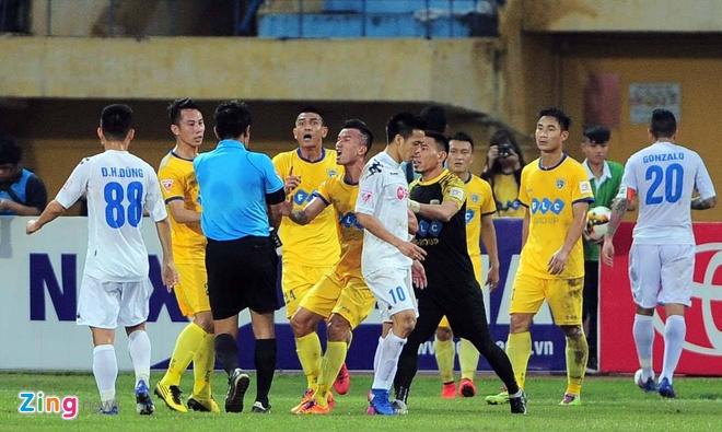 Trong tai bi phan ung sau khi CLB Thanh Hoa thua nguoc CLB Ha Noi 1-2 hinh anh 25