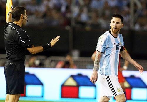 Messi bi nghi ngo si nhuc trong tai hinh anh