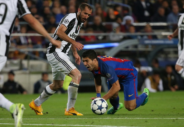 Messi gay that vong, Barca bi loai khoi Champions League hinh anh 30