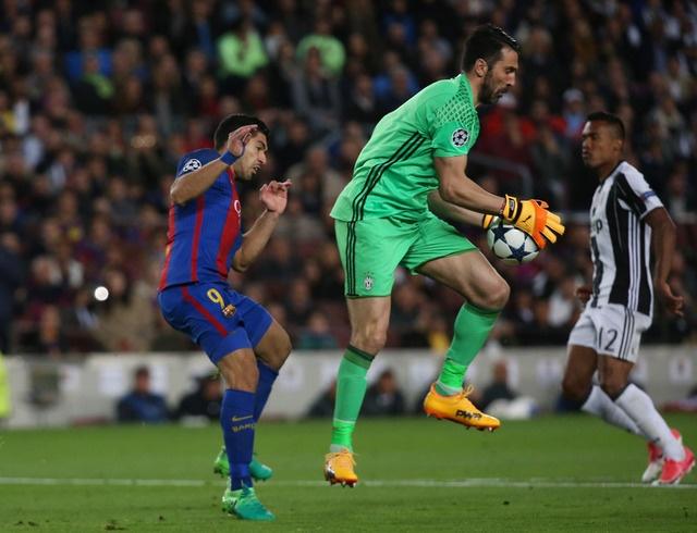 Messi gay that vong, Barca bi loai khoi Champions League hinh anh 32