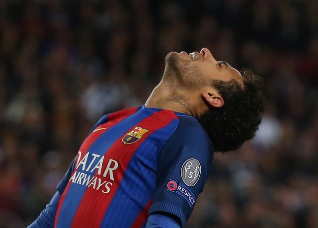 Messi gay that vong, Barca bi loai khoi Champions League hinh anh 28