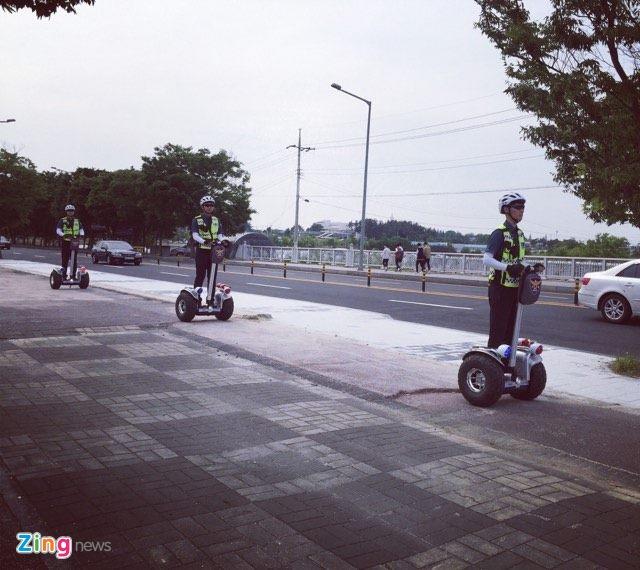 Canh sat va xe chong bao dong bao ve tran dau cua U20 Viet Nam hinh anh 17