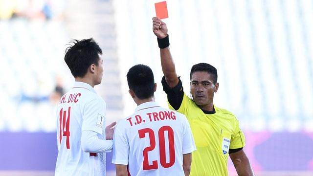 U20 Viet Nam 0-4 U20 Phap: Dinh Trong nhan the do hinh anh
