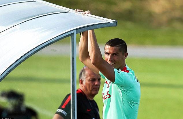 Ronaldo cung dong doi vui ve truoc khi du Confeds Cup hinh anh 2