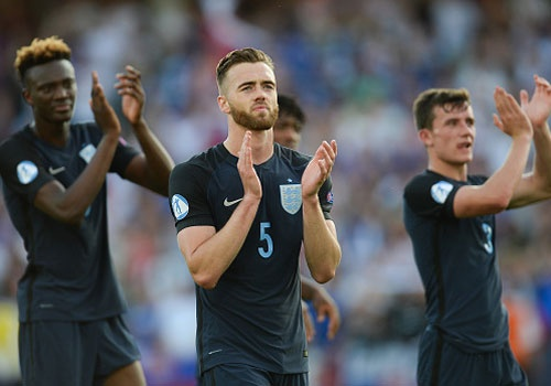 Tai nang tre Premier League giup U21 Anh len ngoi dau bang hinh anh