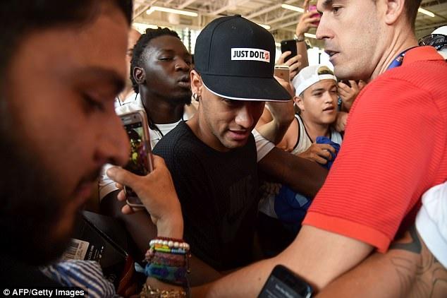Neymar tro lai tap luyen sau vu doi danh dong doi hinh anh 1