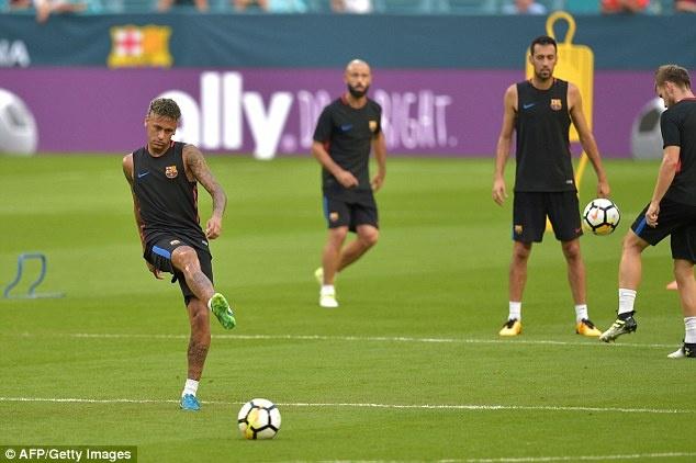 Neymar tro lai tap luyen sau vu doi danh dong doi hinh anh 3