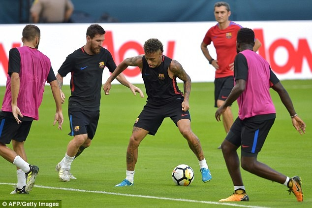 Neymar tro lai tap luyen sau vu doi danh dong doi hinh anh 4