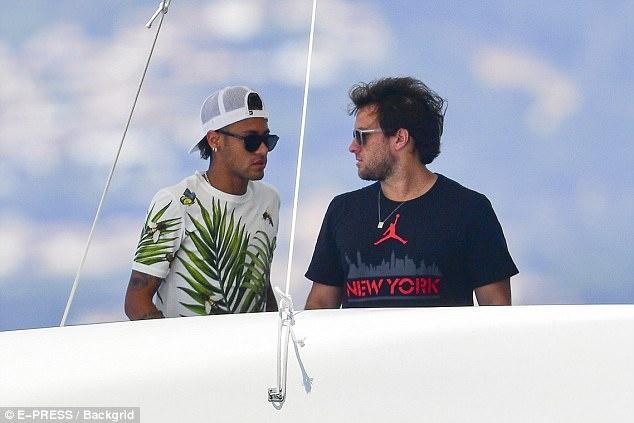 Neymar vui dua tren du thuyen hang sang anh 10