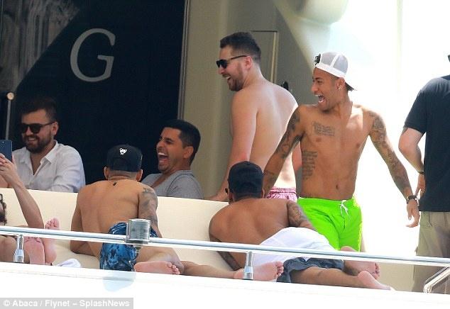 Neymar vui dua tren du thuyen hang sang anh 5
