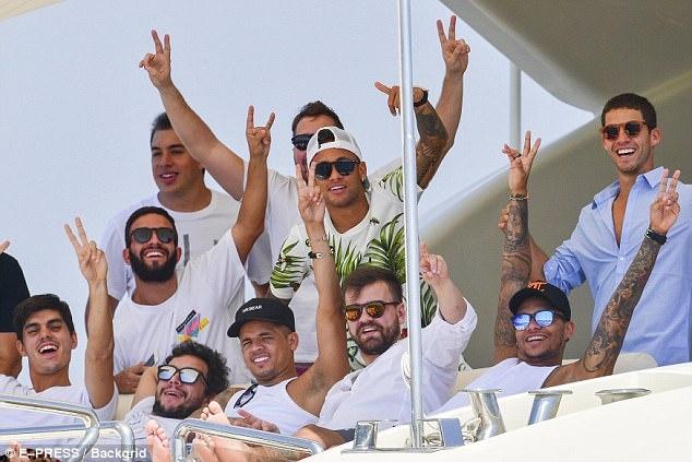 Neymar vui dua tren du thuyen hang sang anh 6