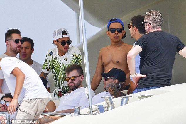 Neymar vui dua tren du thuyen hang sang anh 8