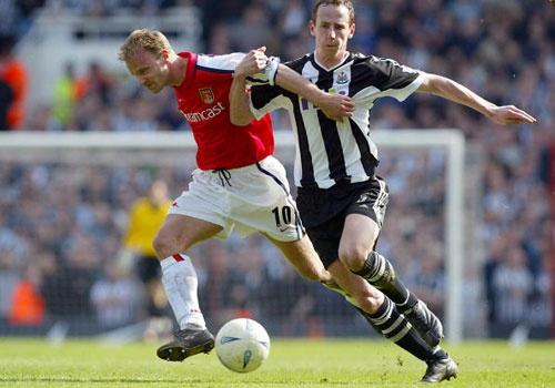 Dennis Bergkamp ghi ban dang cap vao luoi Newcastle hinh anh