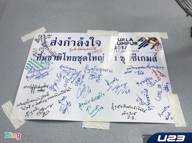 Lo so thua U22 VN, dan anh gui chu ky co vu U22 Thai Lan hinh anh 2