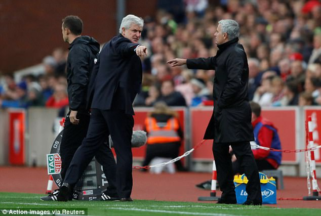 Mourinho tu choi bat tay Mark Hughes do bi lang ma hinh anh 1