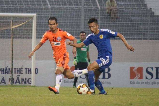 Choi hon 2 nguoi, CLB Quang Nam tro lai ngoi dau khi thang Da Nang 2-0 hinh anh 18