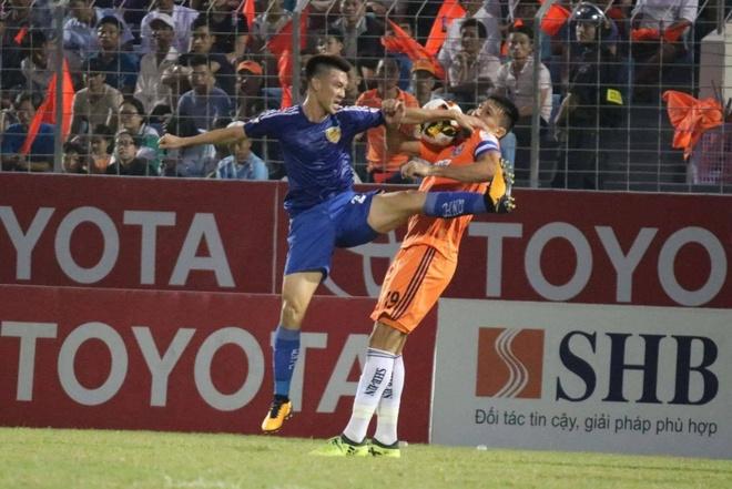 Choi hon 2 nguoi, CLB Quang Nam tro lai ngoi dau khi thang Da Nang 2-0 hinh anh 19