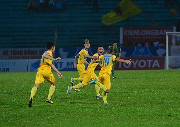 Choi hon 2 nguoi, CLB Quang Nam tro lai ngoi dau khi thang Da Nang 2-0 hinh anh 4