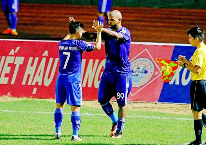 Choi hon 2 nguoi, CLB Quang Nam tro lai ngoi dau khi thang Da Nang 2-0 hinh anh 8