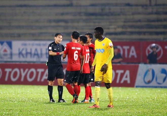 Choi hon 2 nguoi, CLB Quang Nam tro lai ngoi dau khi thang Da Nang 2-0 hinh anh 11