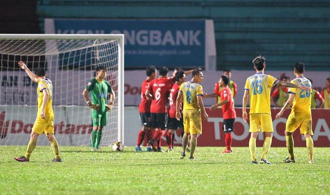 Choi hon 2 nguoi, CLB Quang Nam tro lai ngoi dau khi thang Da Nang 2-0 hinh anh 12