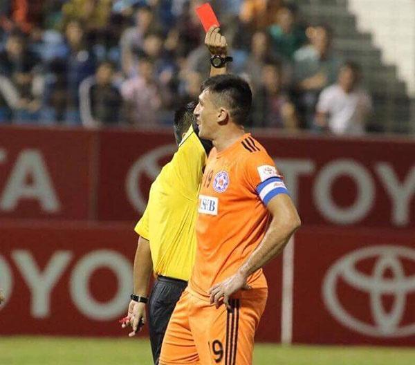 Choi hon 2 nguoi, CLB Quang Nam tro lai ngoi dau khi thang Da Nang 2-0 hinh anh 1