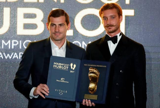 Casillas vuot Ronaldo va Messi, doat Golden Foot 2017 hinh anh 1