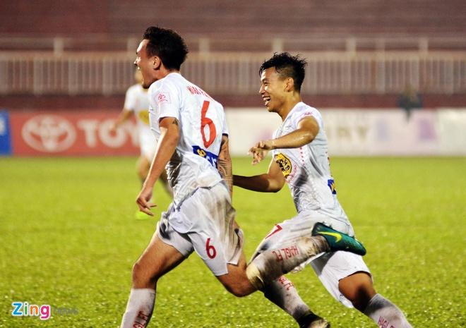 HLV Hoang Van Phuc mung phat khoc khi CLB Quang Nam len ngoi dau hinh anh 13