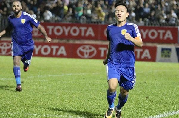 HLV Hoang Van Phuc mung phat khoc khi CLB Quang Nam len ngoi dau hinh anh 1