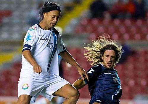 Ronaldinho ghi ban, kien tao dinh cao o tuoi 37 hinh anh