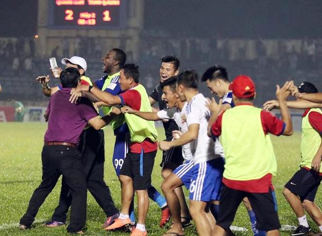 Bau Hien cuoi hanh phuc khi CLB Ha Noi thang doi Quang Nam 1-0 hinh anh 5