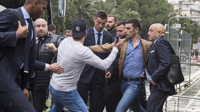 Fan cuong bi ngan can tiep can Ronaldo anh 2