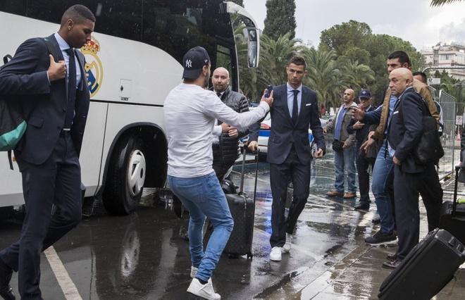 Fan cuong bi ngan can tiep can Ronaldo anh 1