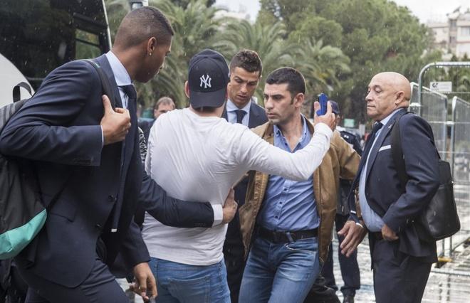 Fan cuong bi ngan can tiep can Ronaldo anh 3