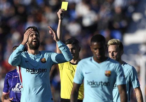 Pique nhan an phat truoc tran Barca cham tran Valencia hinh anh