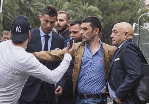 Fan cuong bi ngan can khi co tiep can Ronaldo hinh anh