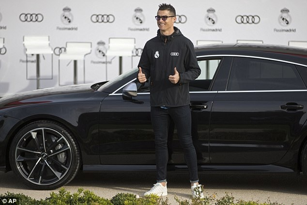 Ronaldo nhan xe sang sau khi lap ky luc o Champions League hinh anh 2
